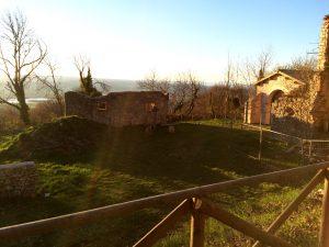 L'attuale sito dell'eremo francescano con gli antichi resti e la nuova cappella