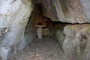 L'interno della grotta dove soggiornarono San Francesco e il Beato Pascuccio