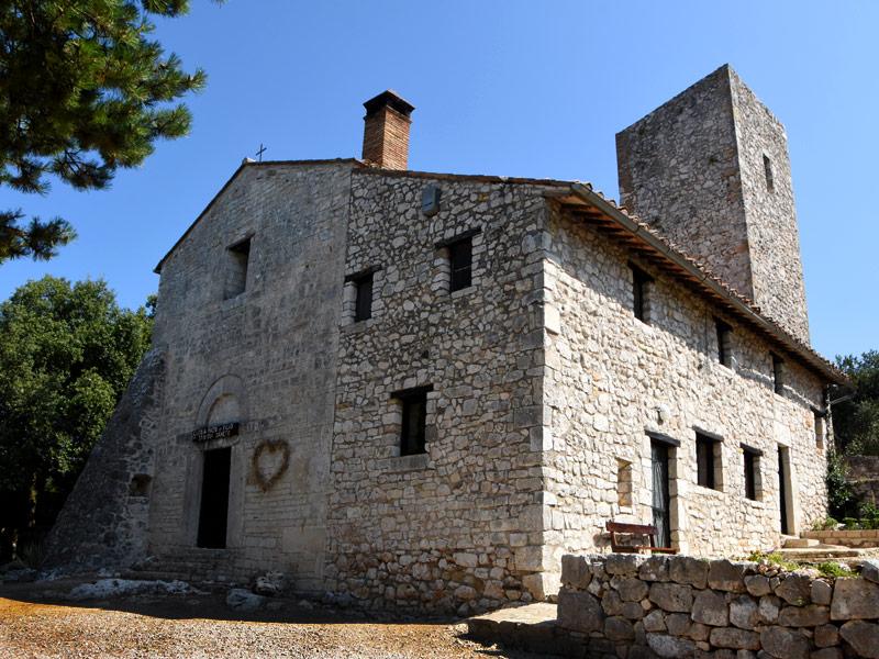 La piccola abbazia romanica immersa nel bosco
