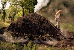 Il carbonaio controlla la carbonaia