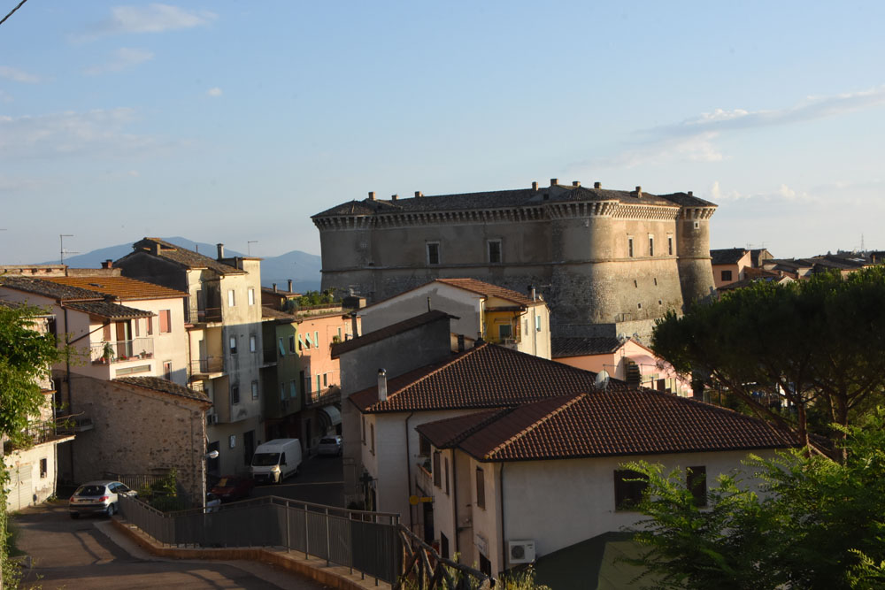 Le vie del paese e il Castello di Alviano