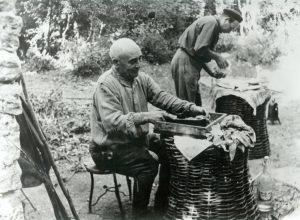 Memmo, il cacciatore dei Pianali prepara il pasto dei tordi