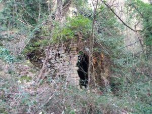 I resti dell'antico mulino alimentato dall'acqua del fosso