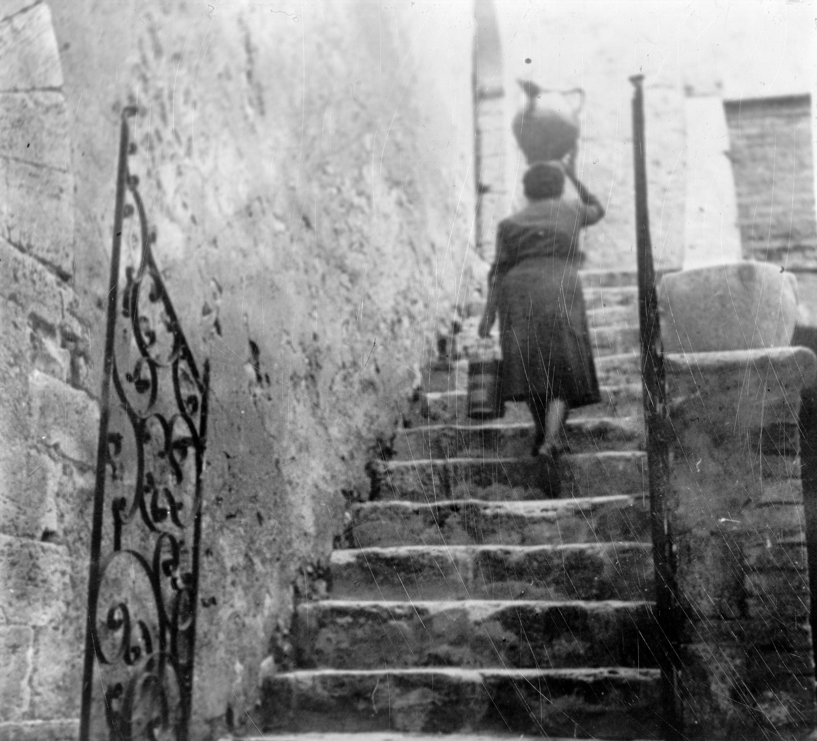 Cortile del Castello del Poggio, Donna con brocca